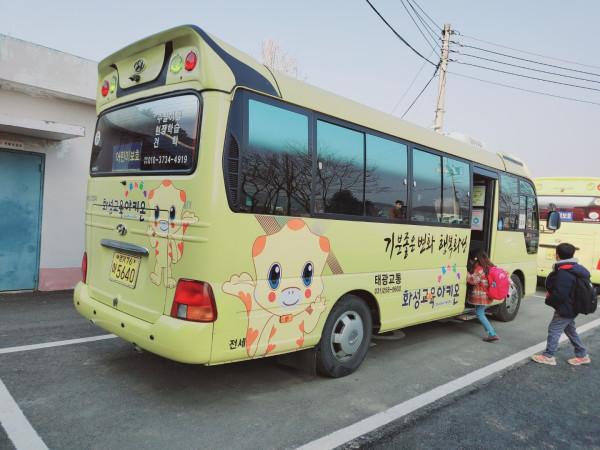 화성시가 등하굣길 아이들의 안전을 지키고자 통학버스 지원에 나섰다. / 사진제공=화성시