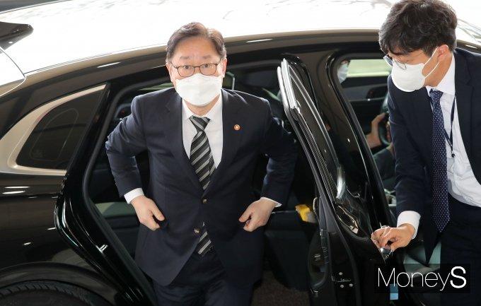 [머니S포토] 신도시 투기의혹 수사협력 관련 회의 출석하는 박범계 장관