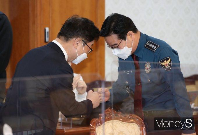 [머니S포토] 주먹 인사하는 박범계 장관·김창룡 경찰청장