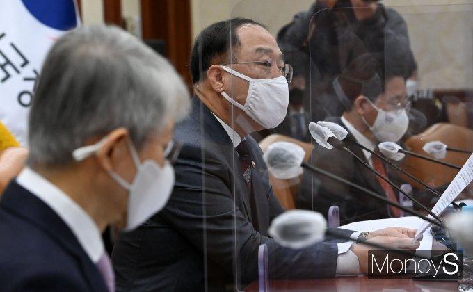 [머니S포토] 혁신성장 BIG3 추진회의에서 발언하는 홍남기 부총리