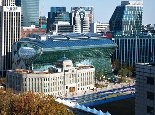 서울시가 총 56만여 동에 이르는 서울시내 전체 건물의 온실가스를 한 번에 모니터링할 수 있는 GIS 기반의 '서울시 온실가스 집중관리 시스템'을 구축했다. 사진은 서울시청 전경./사진제공=서울시