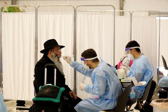 인구 과반수가 1차 접종을 마친 이스라엘에서 미접종자를 중심으로 확진자가 속출하고 있다. 사진은 지난 8일 이스라엘 텔아비브 인근 벤구리온 국제공항에서 한 승객이 코로나19 검사를 받고 있는 모습. /사진=로이터