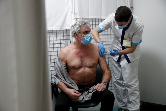 유럽과 동남아시아 일부 국가에선 관광산업 활성화를 위해 백신 여권에 찬성한 반면 WHO는 불공정을 이유로 반대 입장을 표명했다. 사진은 지난 5일(현지시각) 프랑스의 한 접종센터에서 백신을 맞는 시민의 모습. /사진=로이터
