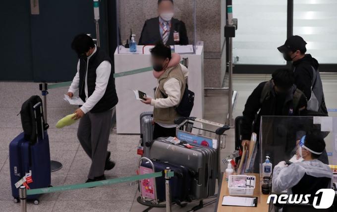 방역당국은 세계적인 추세를 반영해 백신 여권 도입 여부를 결정하겠다고 밝혔다. 사진은 지난 4일 오전 인천국제공항 제1터미널 입구장으로 들어오는 입국자들의 모습. /사진=뉴스1