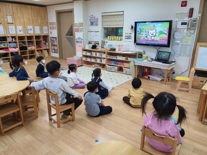 교육영상 키트를 시청하는 어린이들 모습. / 사진제공=수원시