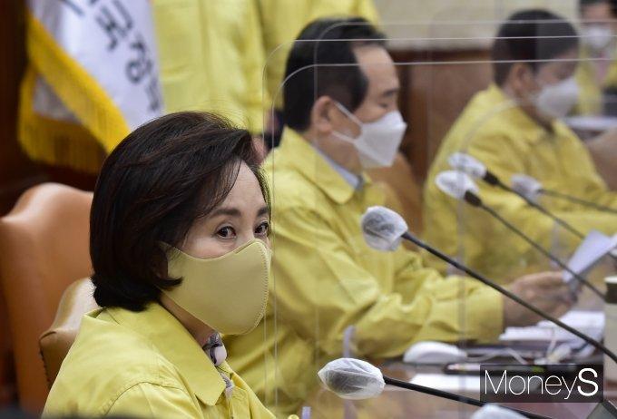 [머니S포토] 거리두기 현행 유지, 총리 발언 경청하는 '유은혜'