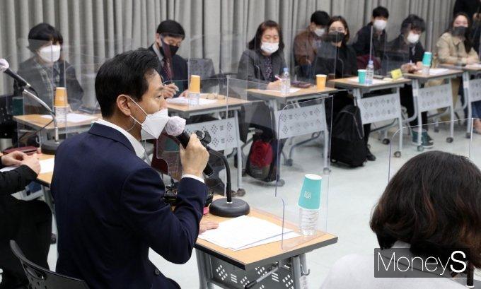 [머니S포토] 사회복지사 만난 오세훈, 4.7 재보선 '공약'
