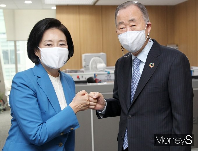 [머니S포토] 반기문 예방 박영선 '서울 기후환경개선·탄소중립 등 협조'