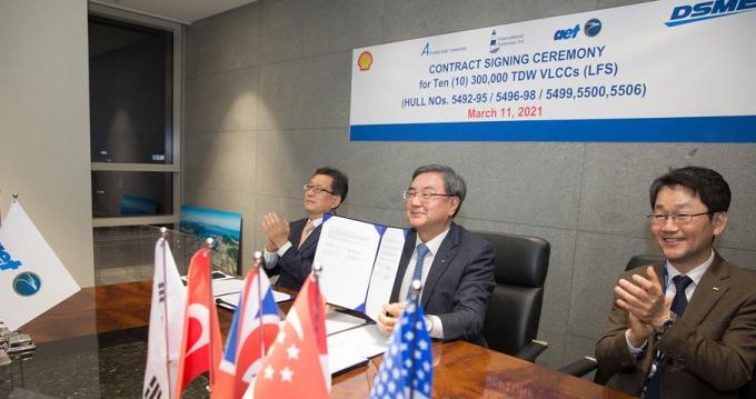 지난 11일 대우조선해양 서울 사옥에서 화상으로 진행된 LNG 이중연료추진 VLCC 건조 계약식에서 (왼쪽부터) 박형근 대우조선해양 전무, 이성근 사장, 우제혁 전무가 계약서를 들고 기념촬영을 하고 있다. /사진=대우조선해양