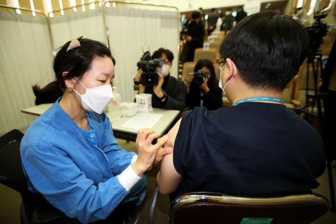 지난 4일 서울 종로구 서울대학교 어린이병원 내 강의실에서 의료진이 코로나19 아스트라제네카(AZ) 백신 자체 접종을 하고 있다. / 사진=뉴스1