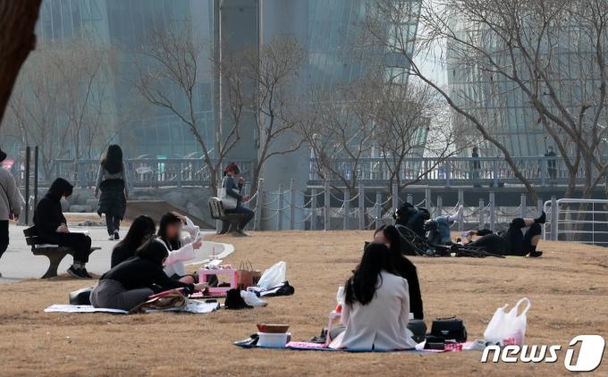 일요일인 14일 전국이 따뜻한 봄 날씨를 보이지만 미세먼지가 기승을 부려 무리한 실외활동을 자제하는 게 좋을 것으로 보인다. 사진은 지난 11일 오후 서울 서초구 반포한강공원을 찾은 시민들이 나들이를 즐기는 모습./사진=뉴스1