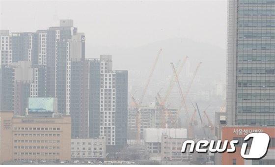 수도권 고농도 미세먼지 '비상저감조치'가 발령된 지난 12일 오후 서울 서초구 누에다리에서 바라본 도심이 뿌옇게 보이고 있다./사진=뉴스1
