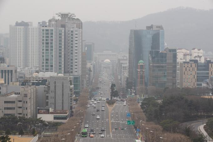 오늘(15일)도 서울 하늘은 짙은 미세먼지로 인해 흐릴 전망이다./사진=뉴스1