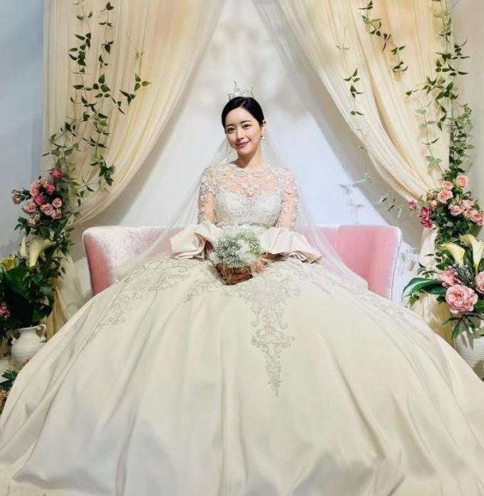 배우 홍수아의 웨딩드레스 자태가 시선을 사로잡는다. /사진=홍수아 인스타그램