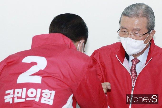 [머니S포토] 국힘 중앙선대위, 인사 나누는 '김종인'