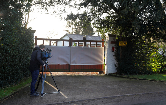 지난해 1월29일(현지시간) 한 방송촬영기자가 영국 체셔주의 너츠퍼드에 위치한 에드 우드워드 맨유 부회장의 자택 문 앞을 촬영하고 있다. /사진=로이터