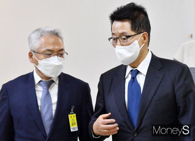 [머니S포토] 국회 정보위, 의견 나누는 박지원-박선원