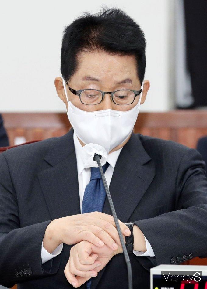 [머니S포토] 국회 정보위, 시간 확인하는 박지원 국정원장