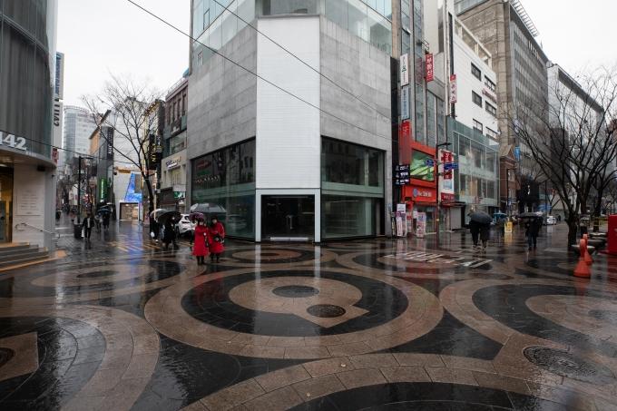 상견례나 영유아를 동반한 모임은 15일부터 8명까지 사적 모임을 가질 수 있으며 비수도권 유흥시설 영업 제한은 해제된다. 사진은 한산한 서울 명동거리의 모습. /사진=뉴스1