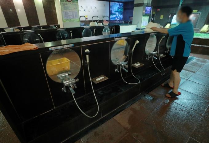 수도권 내 목욕장업은 오후 10시부터 다음날 오전 5시까지 영업이 제한되며 사회적 거리두기 1.5단계인 비수도권에 소재한 유흥시설의 운영시간 제한은 해제된다. 사진은 서울의 한 목욕탕에서 세신사가 목욕 용품을 정리하는 모습. /사진=뉴스1