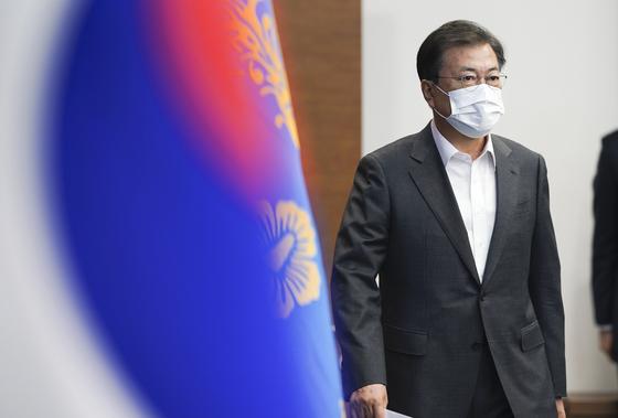 문재인 대통령이 15일 오후 수석보좌관회의를 위해 청와대 여민관으로 들어서고 있다. /사진=뉴스1
