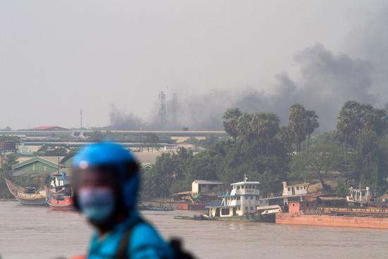 15일 오후 미얀마 양곤의 공업단지에 위치한 중국 공장에서 시위대가 지른 불로 인해 연기가 피어오르고 있다. /사진=로이터