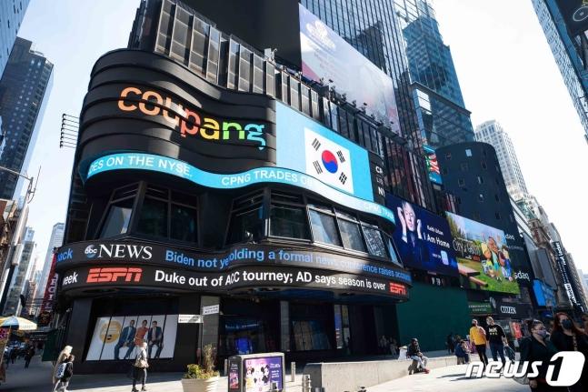11일(현지시간) 미국 뉴욕 맨하탄 타임스퀘어에 쿠팡의 뉴욕증권거래소 상장을 기념하는 전광판 광고가 진행되고 있다./사진=뉴스1