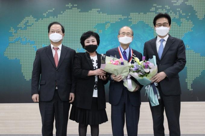 보령제약 김승호 회장이 카나브 등 신약개발 공로를 인정받아 대한민국 약업대상을 수상했다./사진=제약바이오협회.