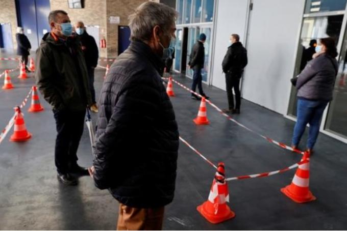 프랑스에서 새로운 변이 바이러스가 발견됐다. 사진은 코로나19 검사를 받기 위해 줄선 프랑스 시민들의 모습. /사진=로이터