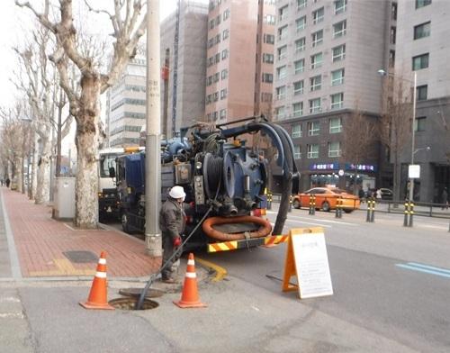 서울 영등포구가 여름철 집중호우로 인한 침수를 예방하기 위하여, 오는 5월 말까지의 기간을 '하수관로 및 빗물받이 집중 관리기간'으로 지정하고 본격적인 준설 작업에 나선다고 밝혔다. 사진은 하수관로 준설 작업 모습./사진제공=영등포구