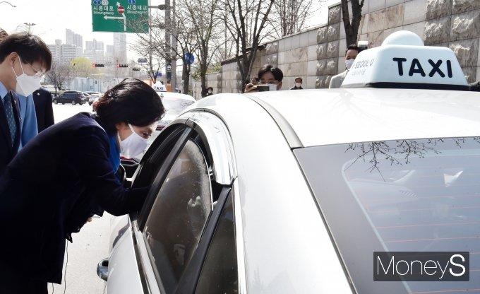 [머니S포토] 금천구 방문 '박영선' 공약 앞서 택시기사들과 인사