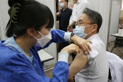 보건 당국이 신종 코로나바이러스 감염증(코로나19) 백신 접종 후 사망자에게서 혈전 생성과 백신 접종의 인과관계가 있을 가능성이 작다고 밝혔다. 사진은 서울대병원에서 코로나 백신을 접종하는 모습./사진=사진공동취재단