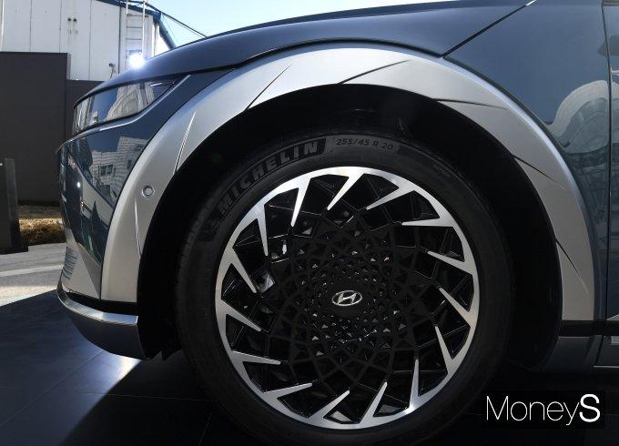 [머니S포토] 빨려들것 같은 현대차 아이오닉5 '휠과 타이어'