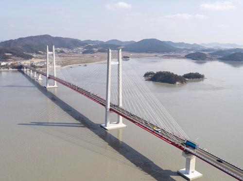 국도24호선 임자대교는 연장 4.99km 해상교량 사업으로, 2013년 10월부터 2021년 3월까지 7년 6개월(90개월) 동안 총사업비 1766억원이 투입됐다.임자대교는 신안의 12번째 대교다. /임자대교 전경