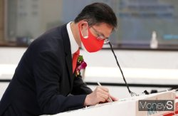 [머니S포토] 코스피 상장기념 서명하는 안재용 SK바이오사이언스 대표이사