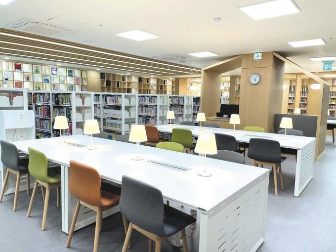 광명시 충현도서관이 리모델링 공사를 마치고 3월 22일 다시 운영을 시작한다. 사진은 3층 유아어린이실. / 사진제공=광명시