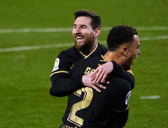 FC바르셀로나 공격수 리오넬 메시(왼쪽)가 지난 22일(한국시간) 스페인 산 세바스티안의 레알레 아레나에서 열린 레알 소시에다드와의 2020-2021 스페인 라리가 30라운드 경기에서 후반 8분 수비수 세르지뇨 데스트의 득점이 터진 뒤 함께 기뻐하고 있다. /사진=로이터