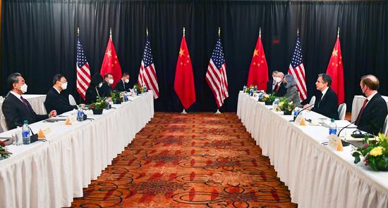 미국이 중국 소수민족 인권 탄압 관련 중국 정부 관리 2명을 제재하기로 했다. 사진은 최근 미국 알래스카주 앵커리지의 캡틴쿡 호텔에서 열린 미·중 고위급 회담 모습. /사진=로이터