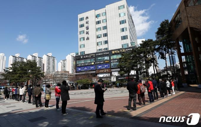 서울에서 코로나19 확진자에 대해 감염경로를 조사 중인 사례가 늘고 있어 4차 유행에 대한 우려 역시 커지고 있다. 사진은 지난 22일 오후 서울 구로역 광장에 마련된 임시 선별검사소의 모습. /사진=뉴스1