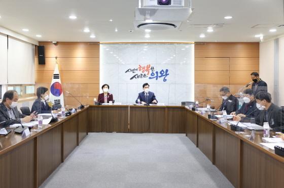 22일 시청 소회의실에서 김상돈 의왕시장(중앙 오른쪽)이 공공디자인 진흥계획수립 최종보고회를 주재하고 있다. / 사진제공=의왕시