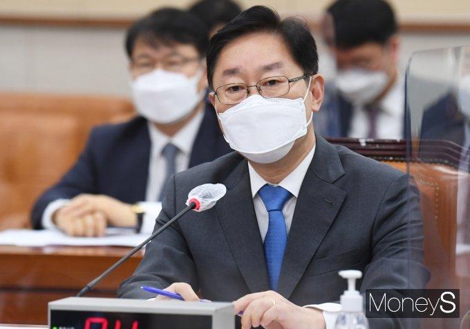 [머니S포토] 野, 보궐선거 원인 질의에 답변하는 '박범계'