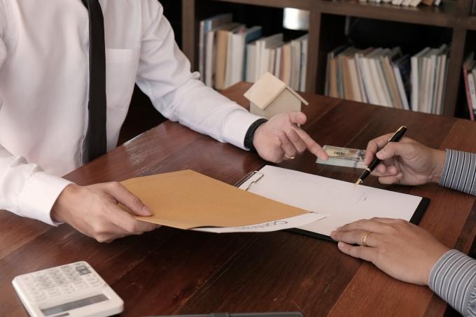 금융소비자보호법(금소법)이 지난 25일부터 시행된 가운데 금융상품에 대한 위법계약해지권을 행사해도 대출이자와 카드 연회비, 펀드 수수료, 투자손실 등 초기 발생 비용은 금융사가 소비자에게 반환하지 않는다.  ./사진=이미지투데이