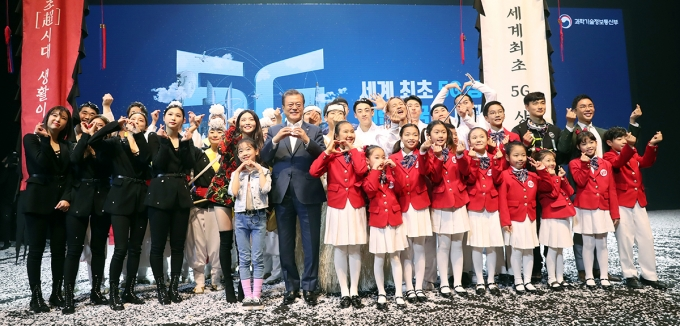 문재인 대통령이 2019년 4월8일 서울 올림픽공원 K-아트홀에서 열린 코리안 5G 테크 콘서트를 마친 후 공연 출연자들과 기념촬영을 하는 모습. /사진=청와대·뉴스1
