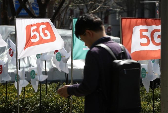 서울 시내의 한 휴대폰 전시장 인근에 5G 상용화를 알리는 깃발이 바람에 날리고 있다. /사진=뉴스1