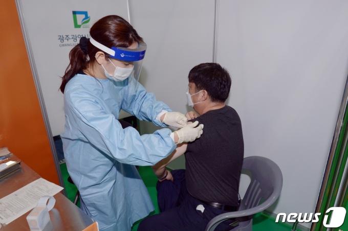 정부가 4월1일부터 백신휴가를 도입해 실시한다. 사진은 지난 26일 광주 남구다목적체육관에서 의료진이 예방접종을 하는 모습. /사진=뉴스1