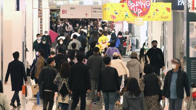 오늘부터 현행 사회적 거리두기 단계와 5인 이상 사적 모임 금지시설 등의 방역 조처가 다음 달 11일까지 유지된다. 사진은 지난 28일 서울 강남구 삼성동 코엑스를 찾은 시민들. / 사진=뉴스1