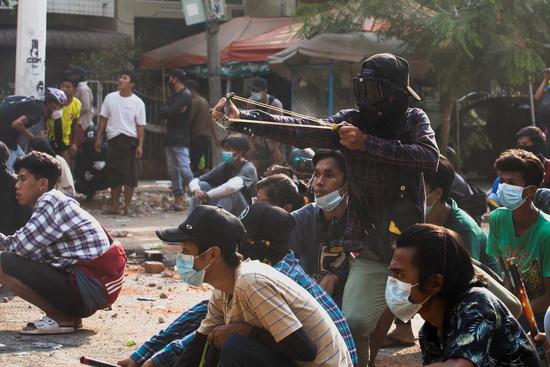 미얀마에서 군부의 쿠데타를 규탄하는 항의 시위가 계속되고 있다. 사진은 28일(현지시각) 미얀마 양곤에서 시위대가 군부의 유혈 진압에 맞선 모습. /사진=로이터