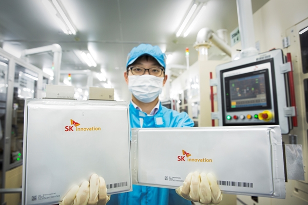 SK이노베이션 배터리 셀 연구원이 파우치 배터리를 들고 있다. /사진=SK이노베이션