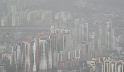 KB국민은행이 발표한 월간 KB주택가격동향에 따르면 3월 서울 아파트 평균 전셋값은 전월 보다 733만원 오른 6억562만원으로 나타났다. 서울 아파트 평균 매매가격은 3월 기준 10억9993만원으로 전달(10억8192만원) 보다 1801만원 상승했다. /사진=뉴스1