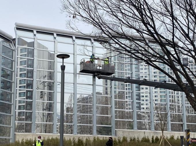 과천시가 투명 인공구조물에 야생조류 충돌 방지시설을 설치했다고 29일 밝혔다. / 사진제공=과천시